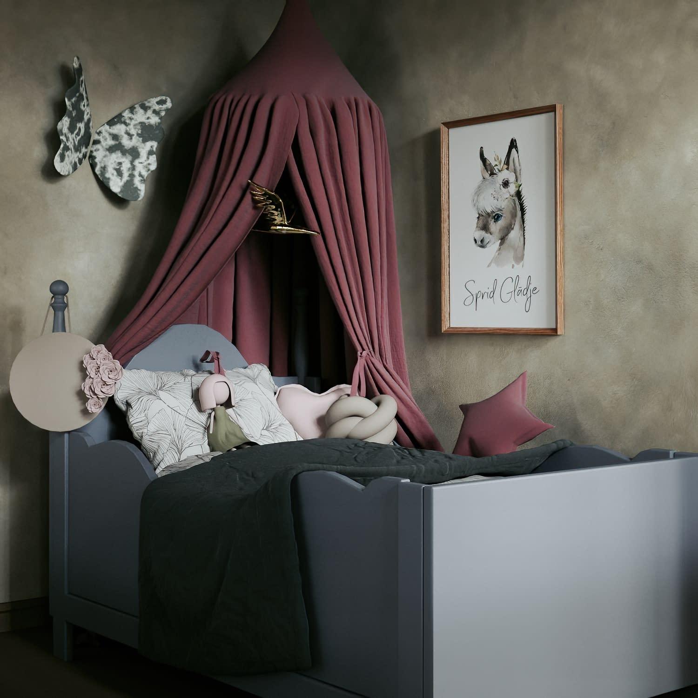 Säng och poster på väggen